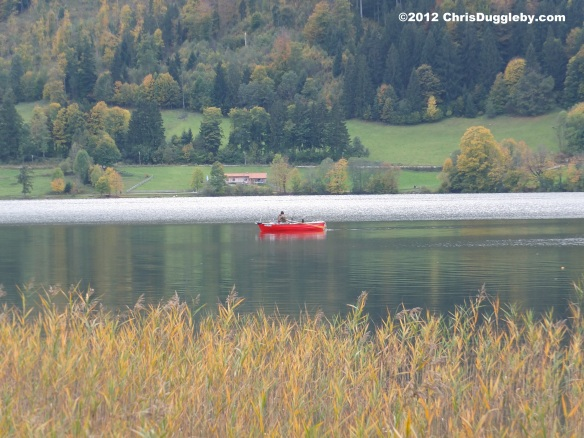 Alone on Lake Schliersee in a rowing boat surrounded by the Autumn colours: Stress management therapy at its best