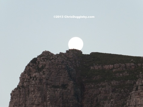 An unexplained flying object rises over the 12 Apostles Mountain Range: It is a huge balloon?