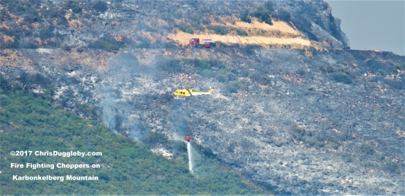 Chopper drops load of sea water onto the bush fires on Karbonkelberg